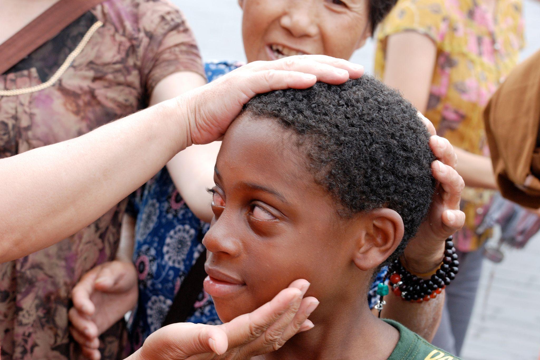Aider mon fils sort avec une fille noire