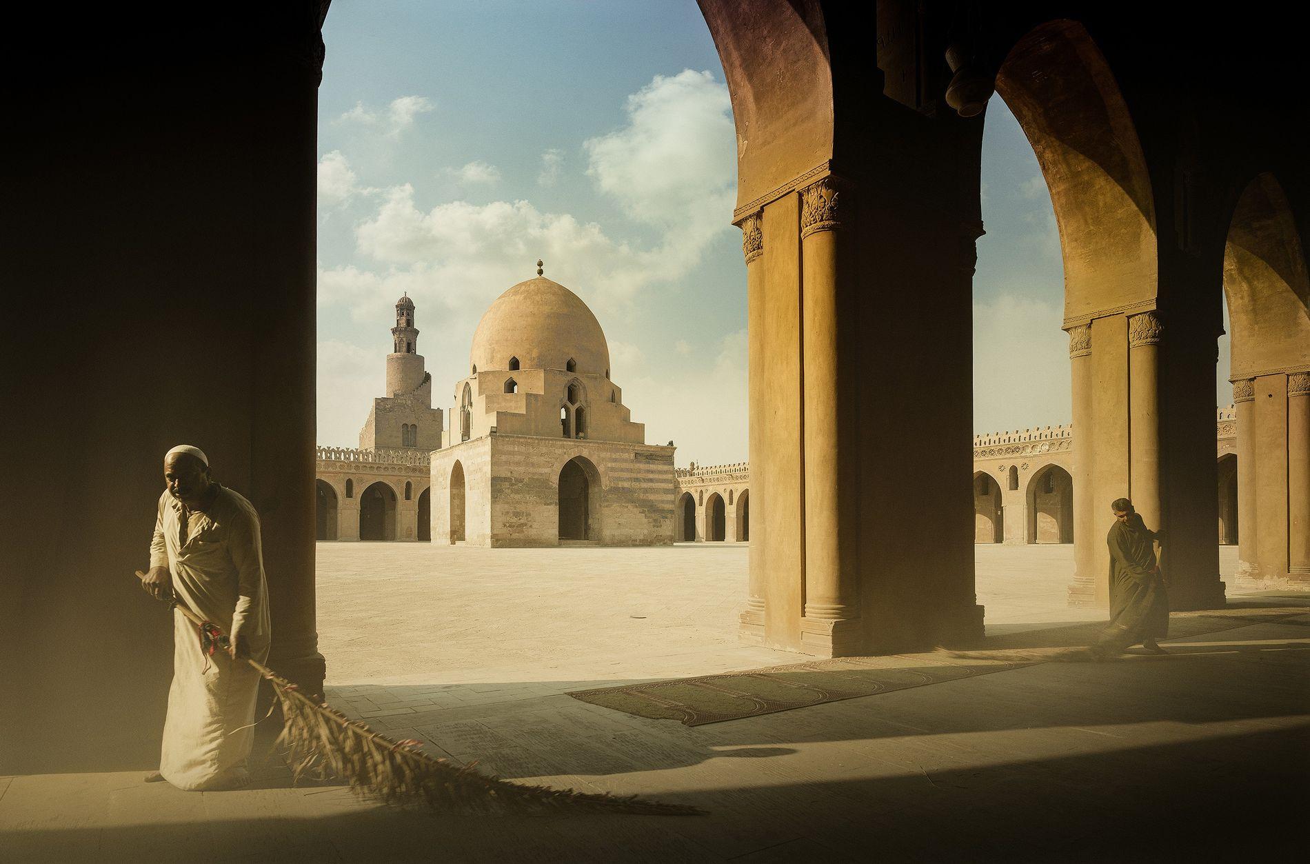 Le ballet quotidien de Saïd et Abed, Mosquée Ibn Touloun, patrimoine mondial de l'Unesco, Égypte, 2018 ...