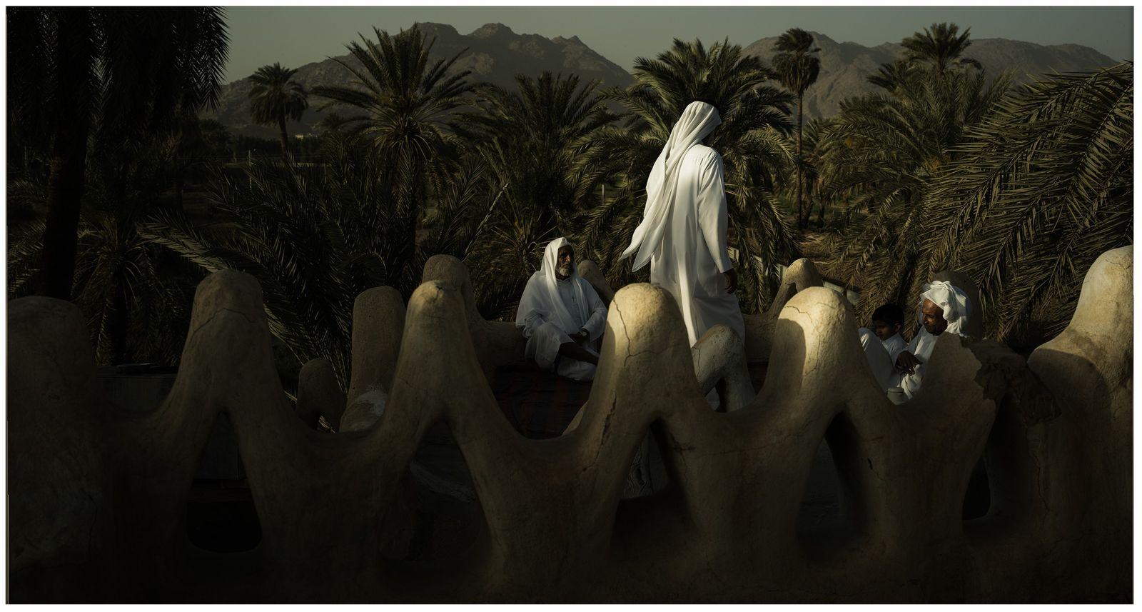 Najran, Arabie Saoudite, 2019 - Trois générations de la même famille se retrouvent sur le toit ...