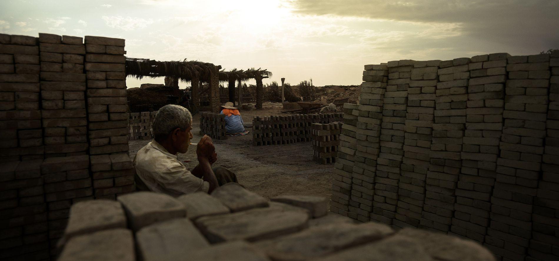 Briquetterie artisanale de Tozeur, Tunisie, 2018 - Qui de l'homme ou de la brique façonne l'autre ...