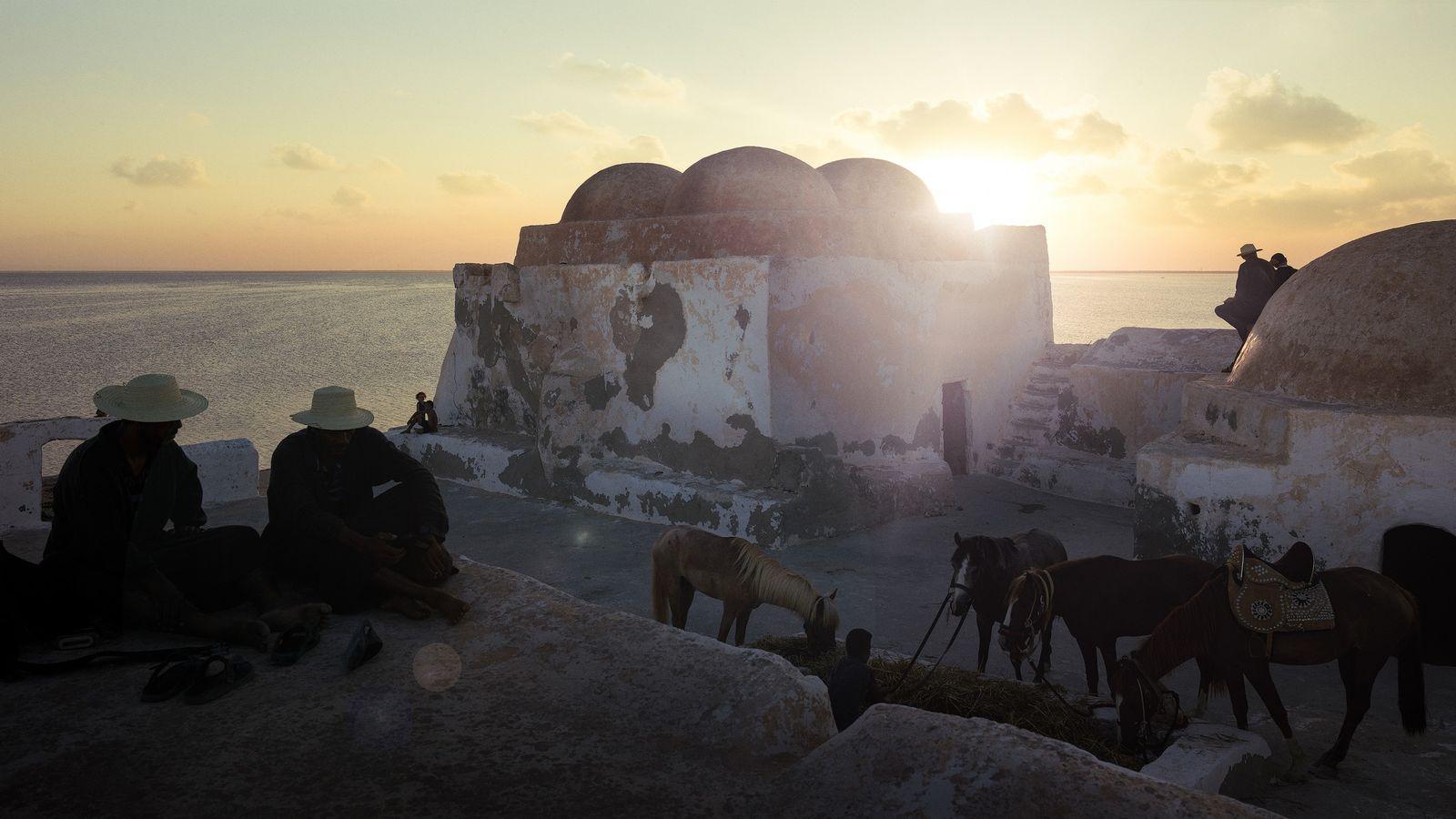 Coucher de soleil sur la mosquée Ibadide Sidi Yati, Djerba, Tunisie, 2018 -Djerba, appelée « l'île ...