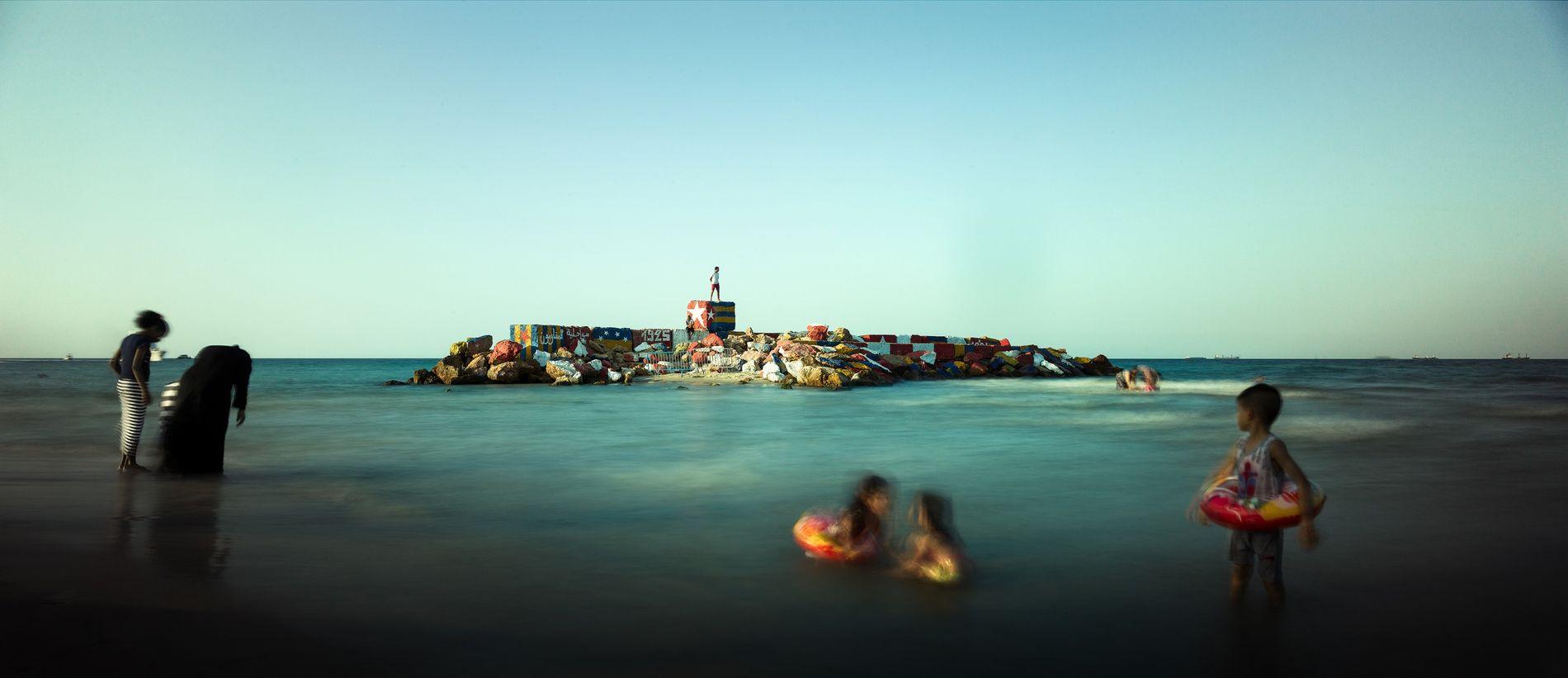 Dernière baignade avant le carnaval, Sousse, Tunisie, 2018 - Les rochers de Sousse aux couleurs de ...