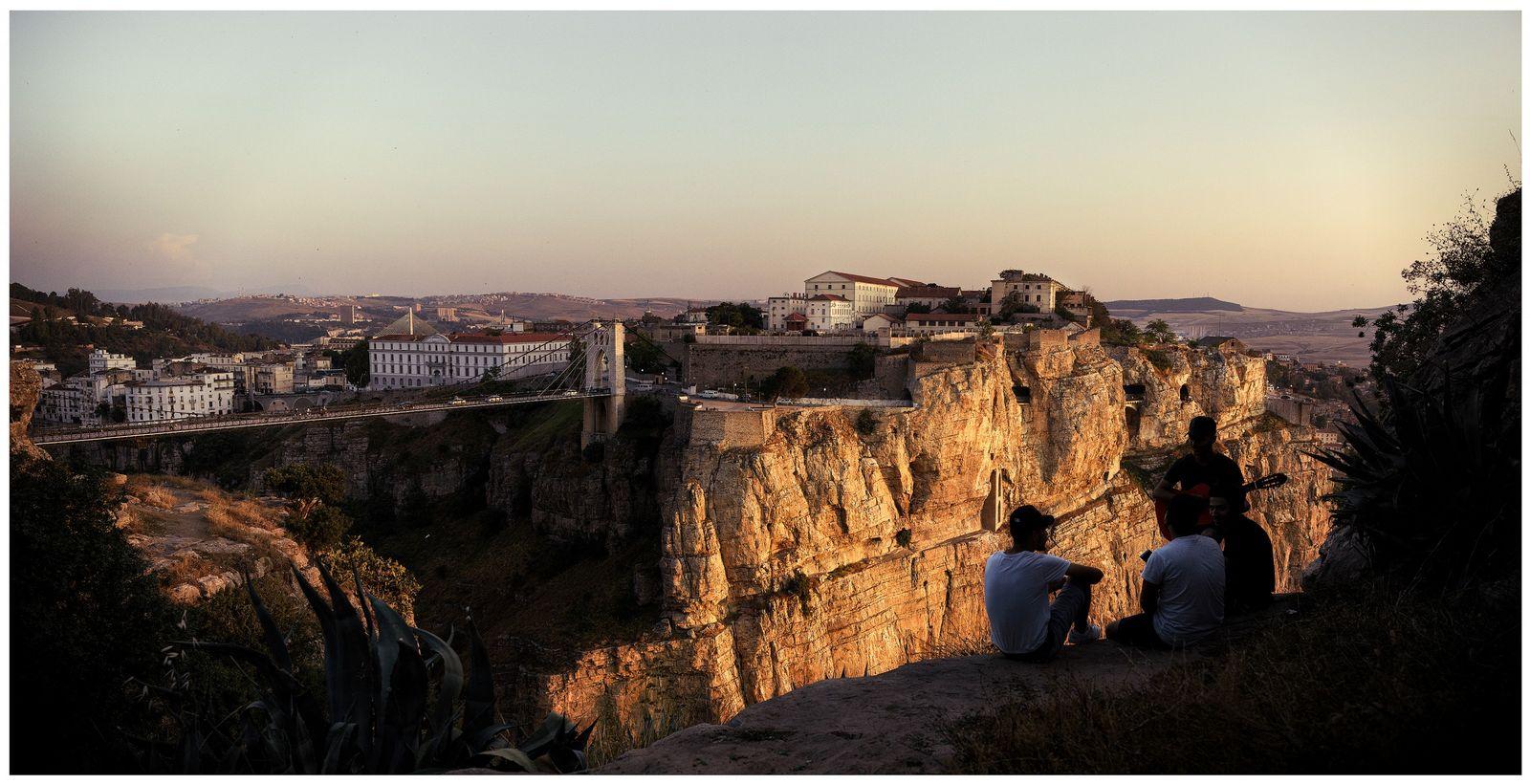 Constantine, Algérie, 2018 - Adimi, Mohammed et Aymen viennent régulièrement se retrouver ici pour admirer Constantine, ...