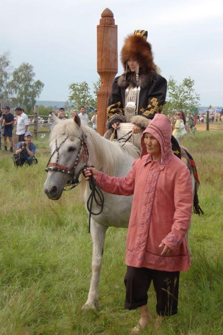 Une femme iakoute en costume traditionnelle sur un cheval, à Iakoutsk, en Sibérie centrale (Russie).