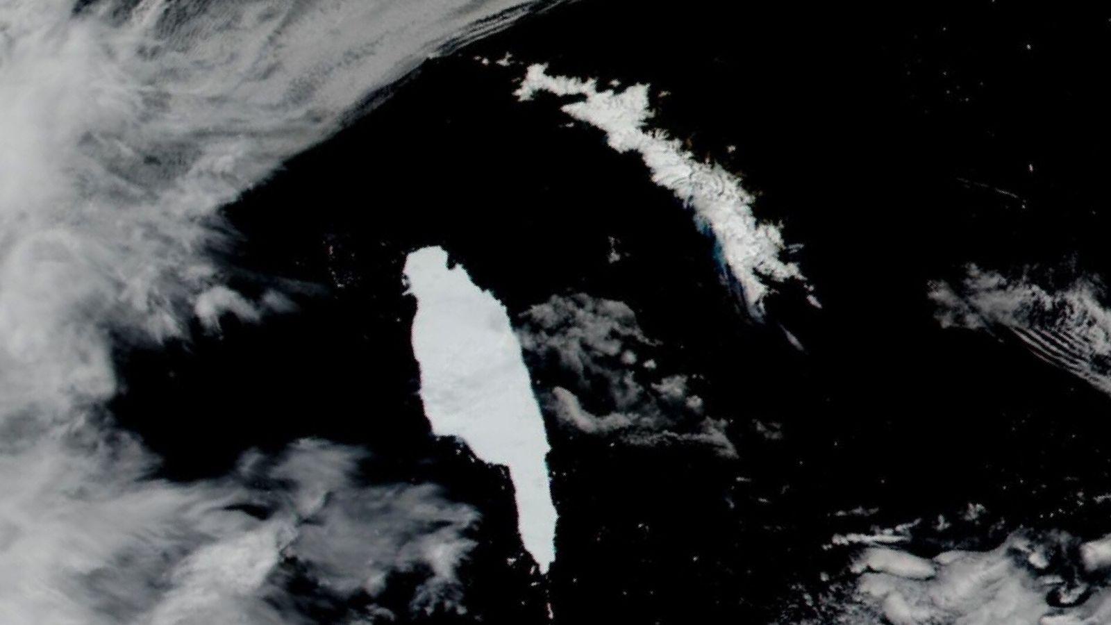 Les images satellite du 14 décembre montrant l'iceberg de l'Antarctique A-68A (à gauche) s'approcher de la Géorgie ...