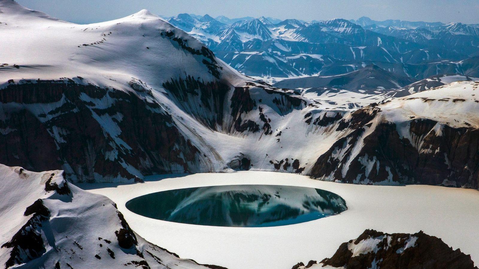 En 1912, une éruption du volcan Novarupta a formé la caldeira et le lac de cratère ...