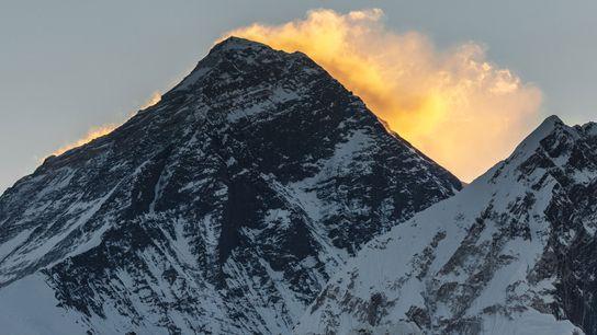 Les premières lueurs du soleil coiffent d'une aura lumineuse le sommet de l'Everest.