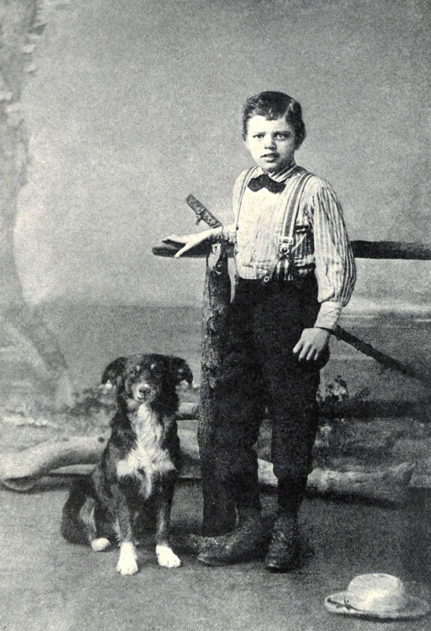 Sur cette photo prise en 1885, Jack London alors âgé de 9 ans prend la pose ...