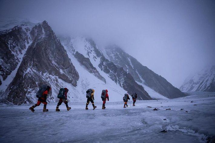 L'équipe d'alpinistes népalais transporte du matériel en prévision de son ascension historique du K2 en hiver, ...