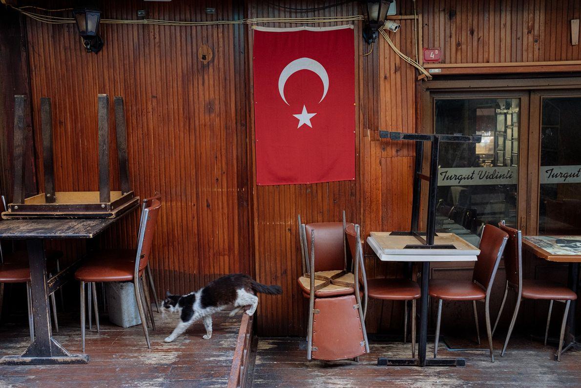 Habituellement bondés, les restaurants et cafés d'Istanbul sont fermés depuis le 23mars. Ne reste que les ...