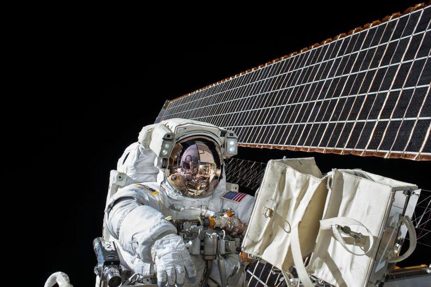En novembre 2015, Scott Kelly a été attaché avec précaution à la station spatiale au cours ...