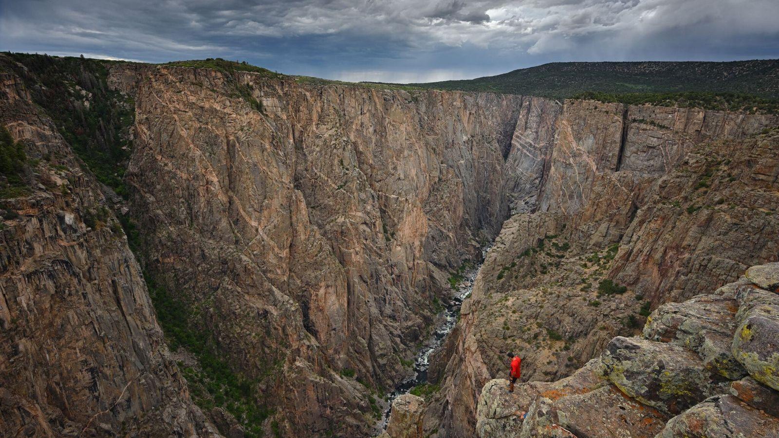 Les roches métamorphiques sombres du Black Canyon et leur alternance de granit rose ont plus de ...