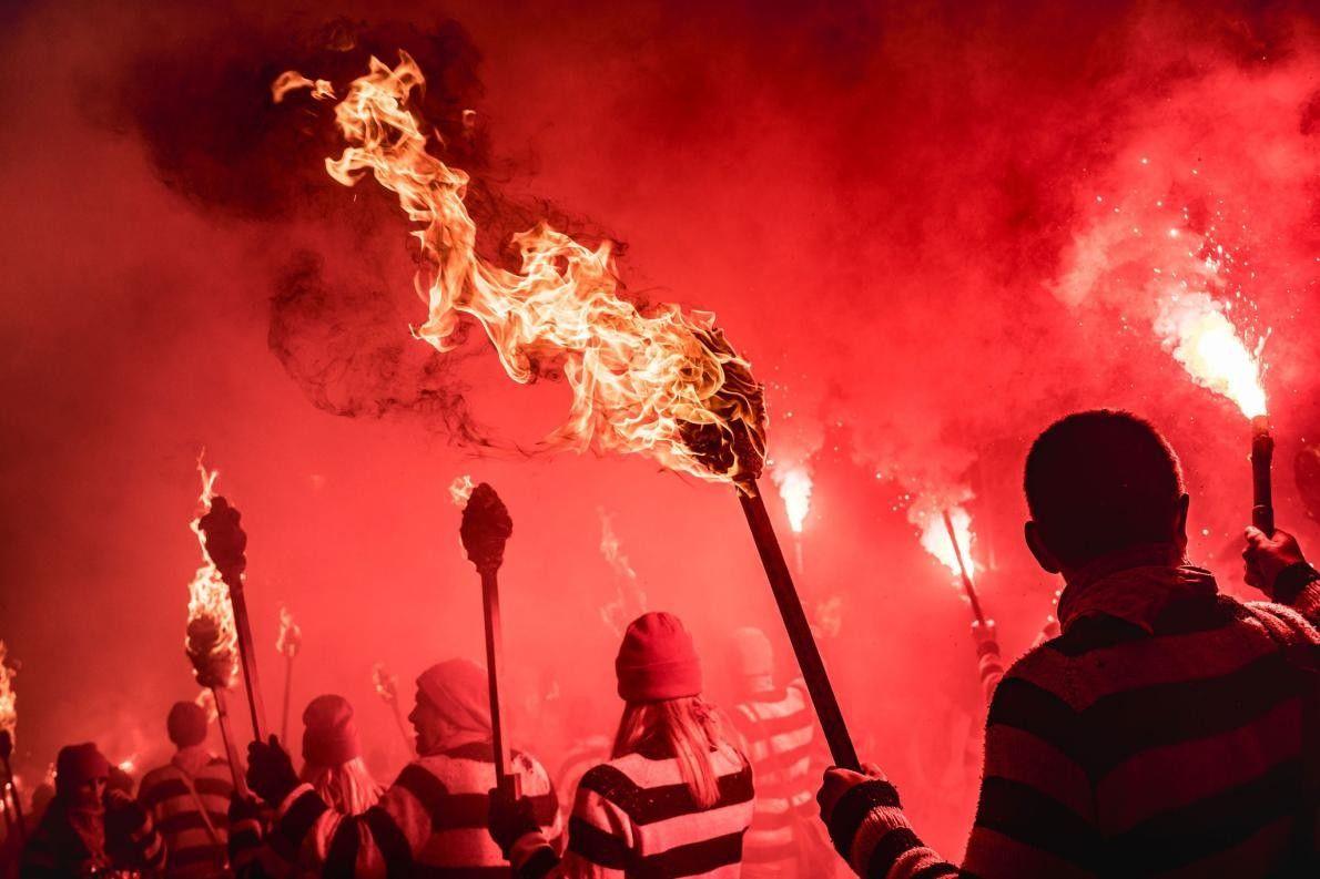 « Au cours de la nuit des célébrations de Bonfire à Lewes, une lueur rouge illumine ...