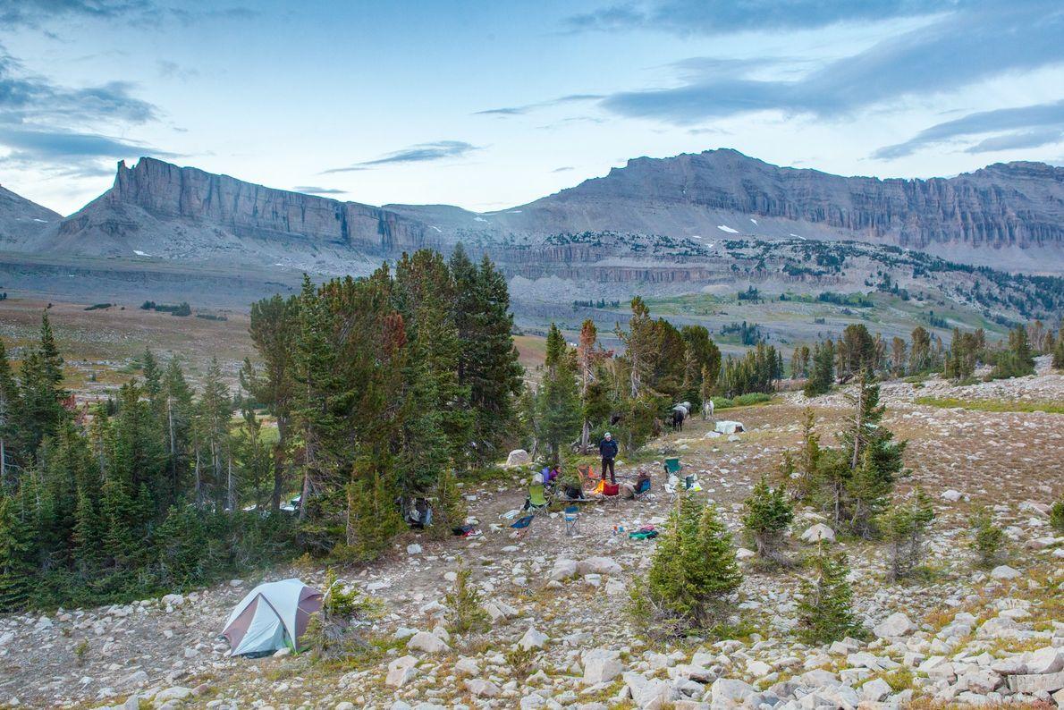 Perchés à plus de 3 500 mètres, les voyageurs prennent le temps de se détendre, assis autour ...