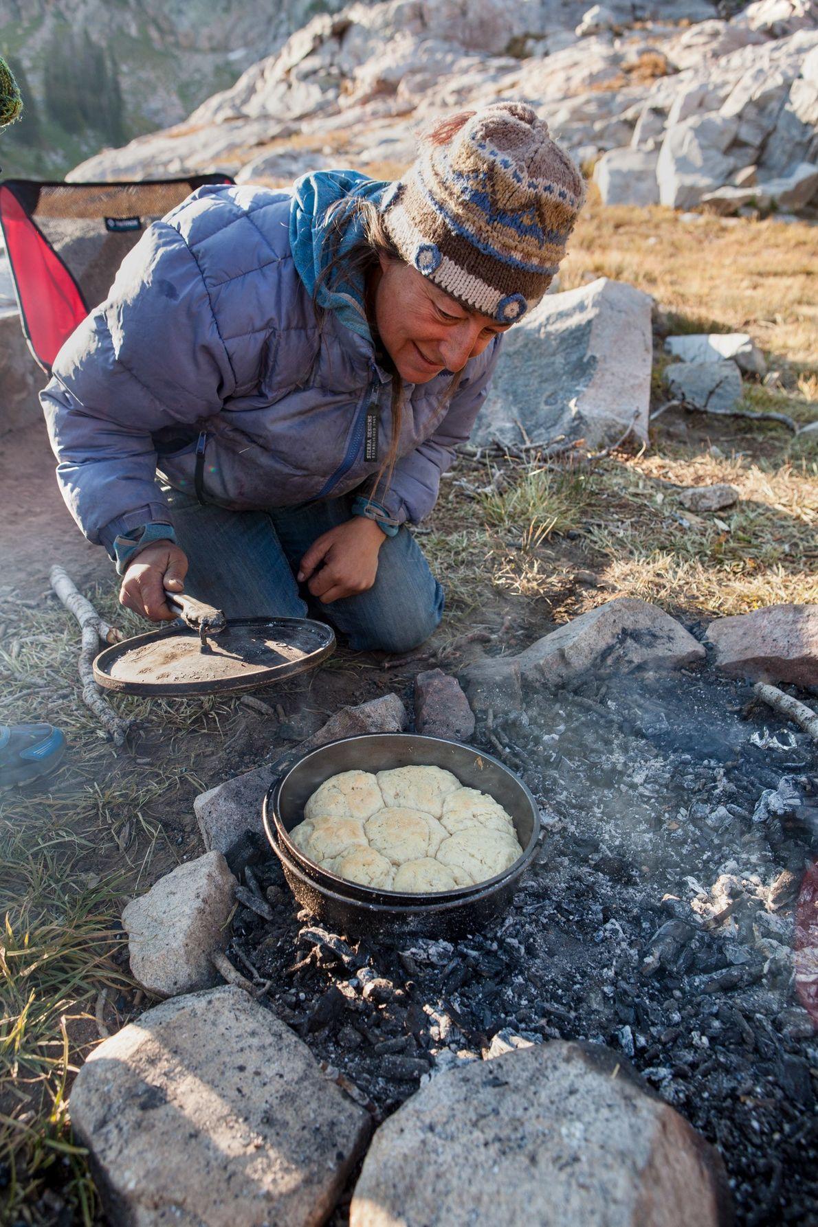 Laina Shill, cuisinière du camp, vérifie la cuisson de ses biscuits faits maison dans la chaîne ...