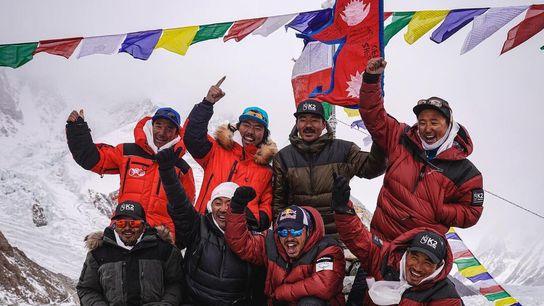 Nirmal Purja et son équipe d'alpinistes népalais se réjouissent après leur ascension du K2, le 16 janvier 2021. ...