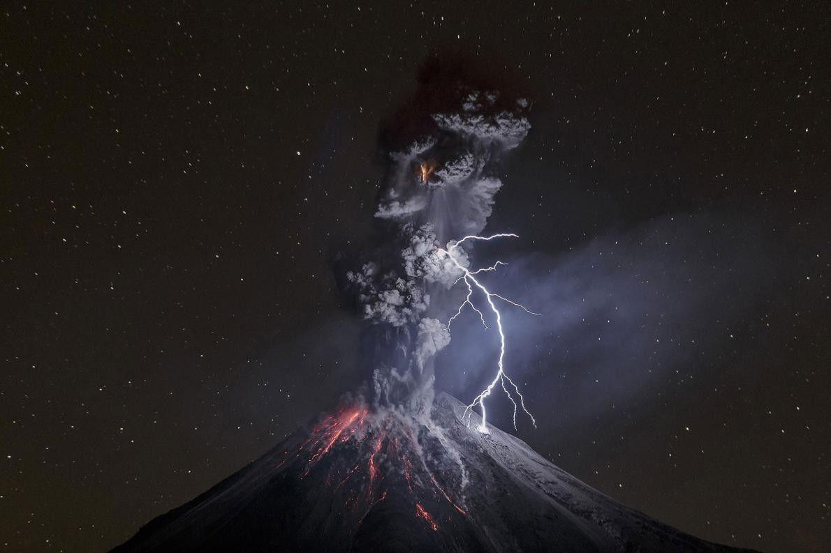 « Le 13 décembre 2015 au Mexique, le volcan Colima entre en éruption. Cette nuit-là, le ...