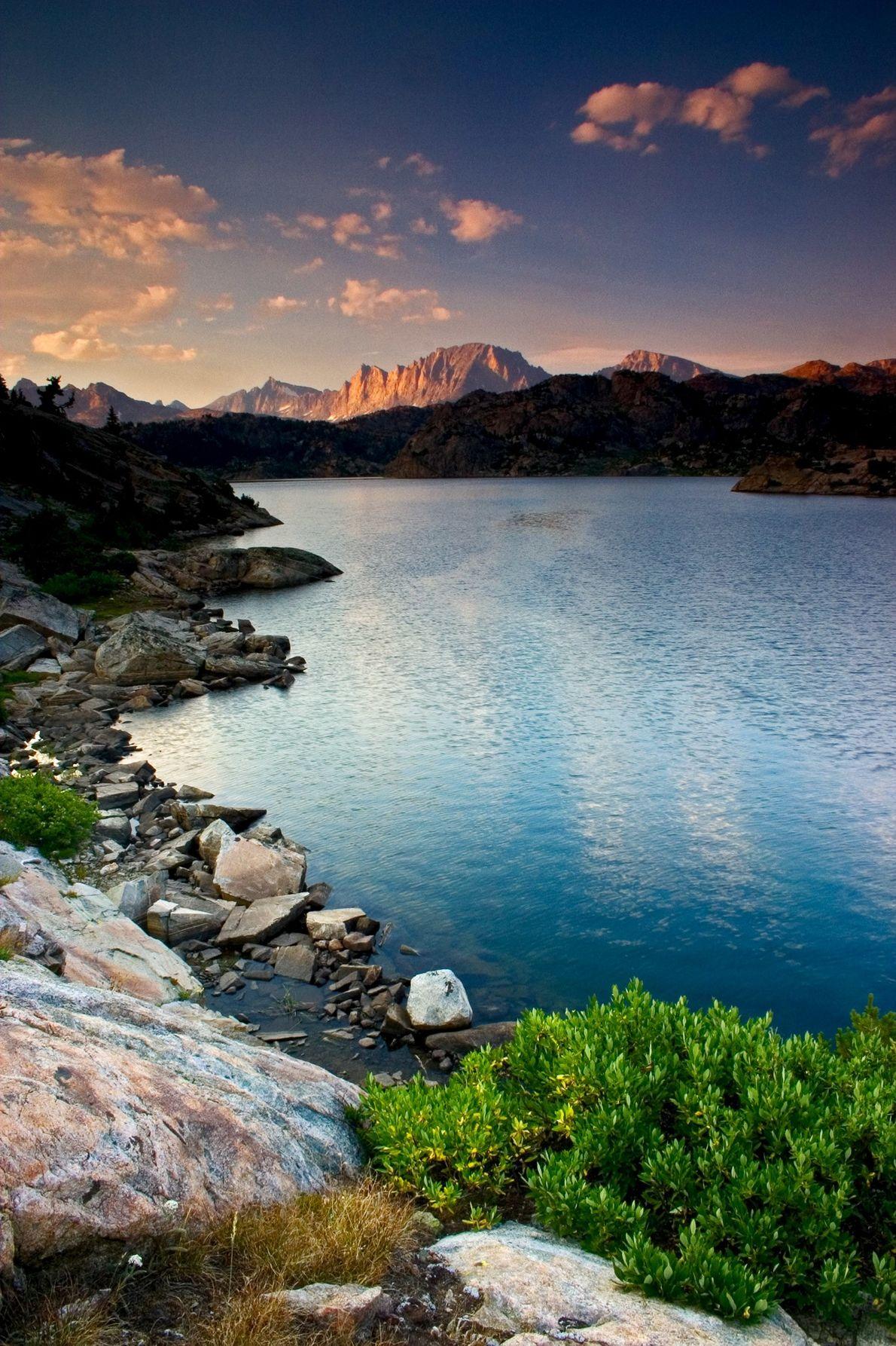 Le soleil se couche sur le lac Seneca et la ligne continentale de partage des eaux ...