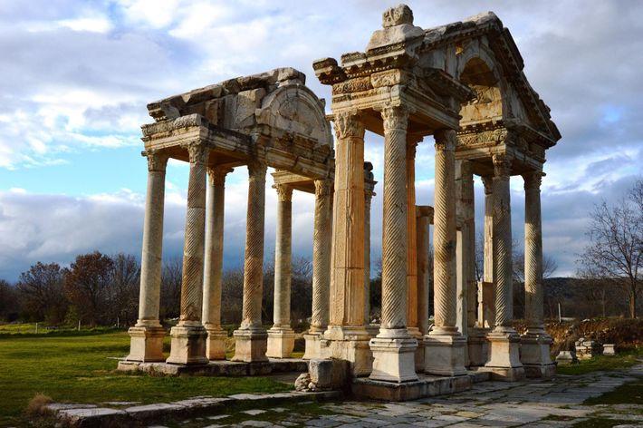 Nommée en l'honneur de la déesse Aphrodite, cette ville antique témoigne de l'histoire, très bien préservée, ...