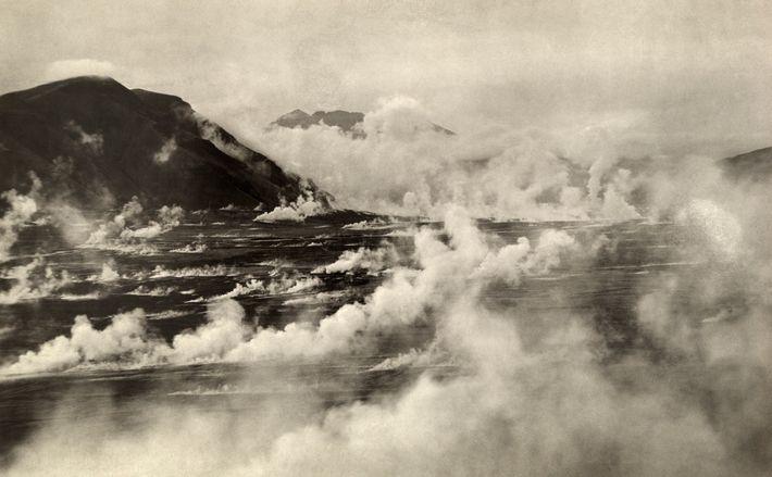 L'expédition Katmai de 1921 a capturé cette image de jets de vapeur actifs dans la vallée ...