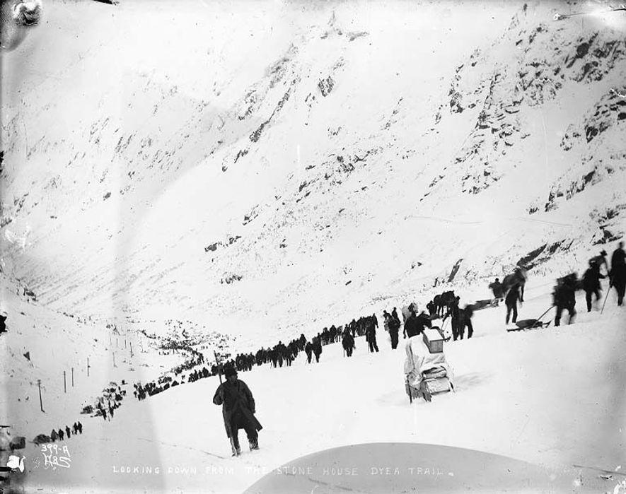 La piste Chilkoot en 1898. Cette piste menait au col du même nom qui constituait un ...