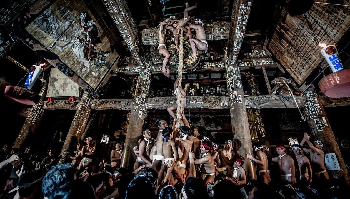 « Nus sous leur pagne, ces hommes se réunissent dans la salle principale Kikkodo du temple ...