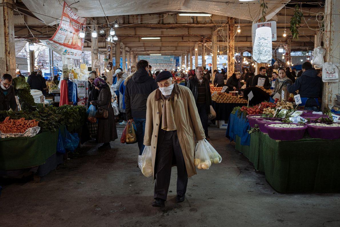 Un homme fait ses courses au marché de Besiktas dans le centre d'Istanbul. Pour y pénétrer, ...