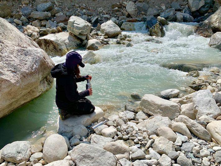 Climatologue à l'université du Maine, Heather Clifford prélève l'eau d'un ruisseau au sud du village népalais ...