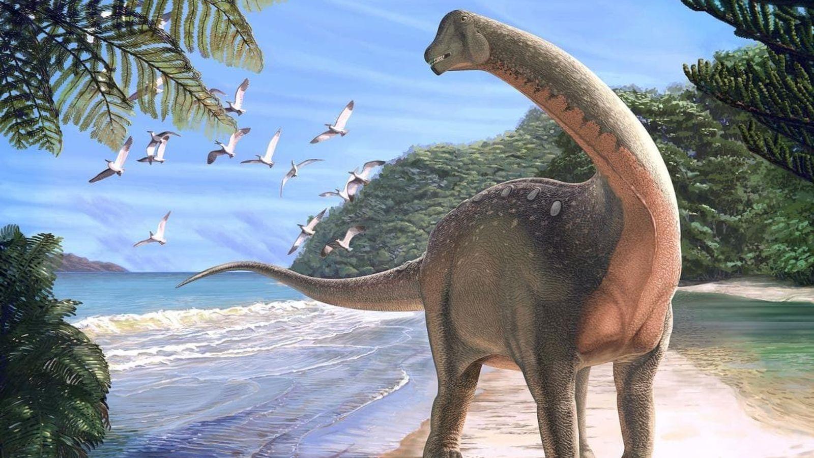 Le nouveau dinosaure, Mansourasaurus shahinae, représenté sur une plage de l'actuel désert égyptien, il y a ...