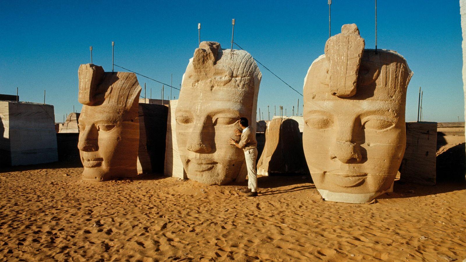 Photographiées en 1966, les têtes de trois des quatre statues colossales de l'entrée du Grand temple de ...