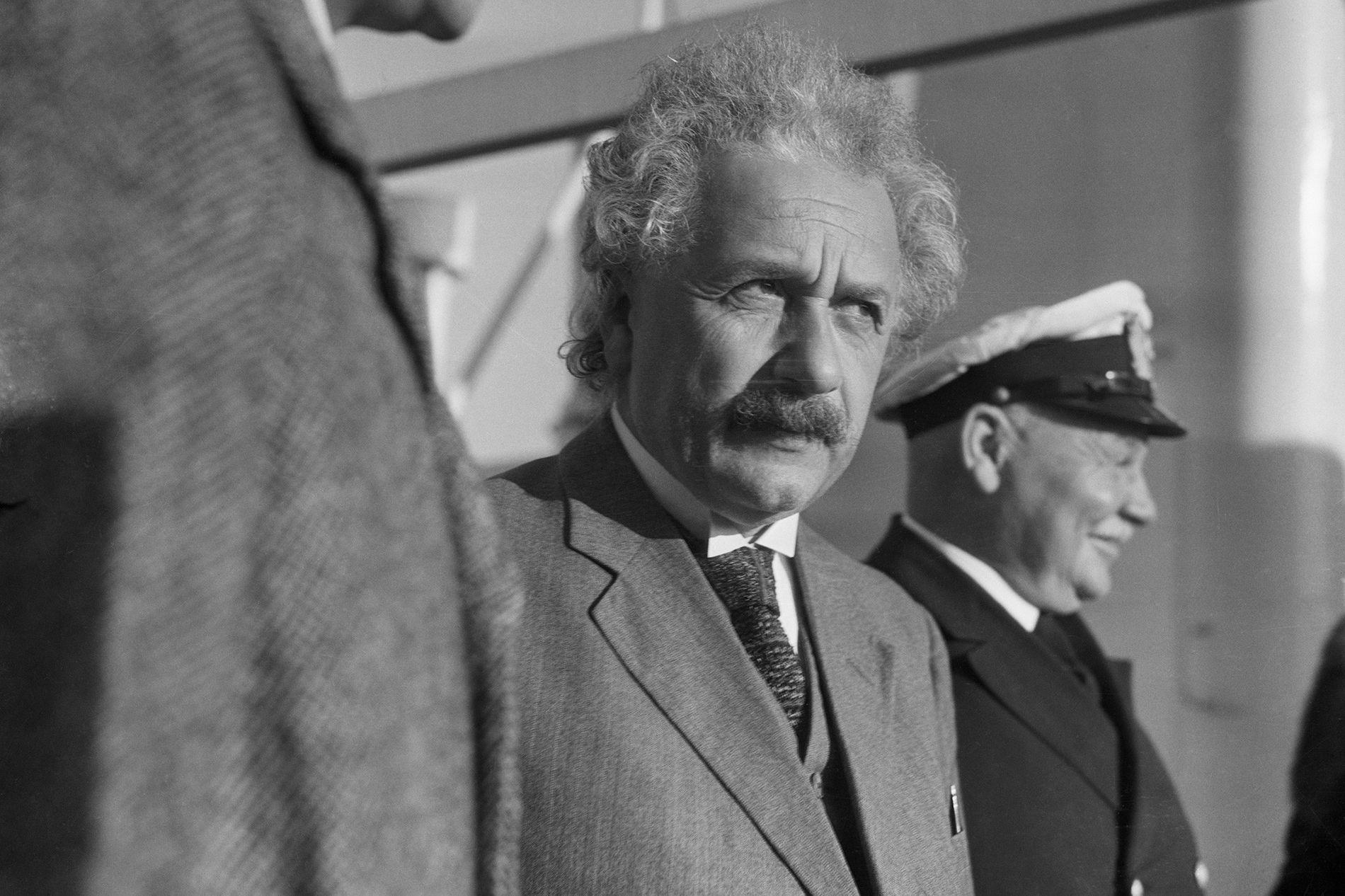 Einstein Est Il Le Père De La Bombe Atomique National