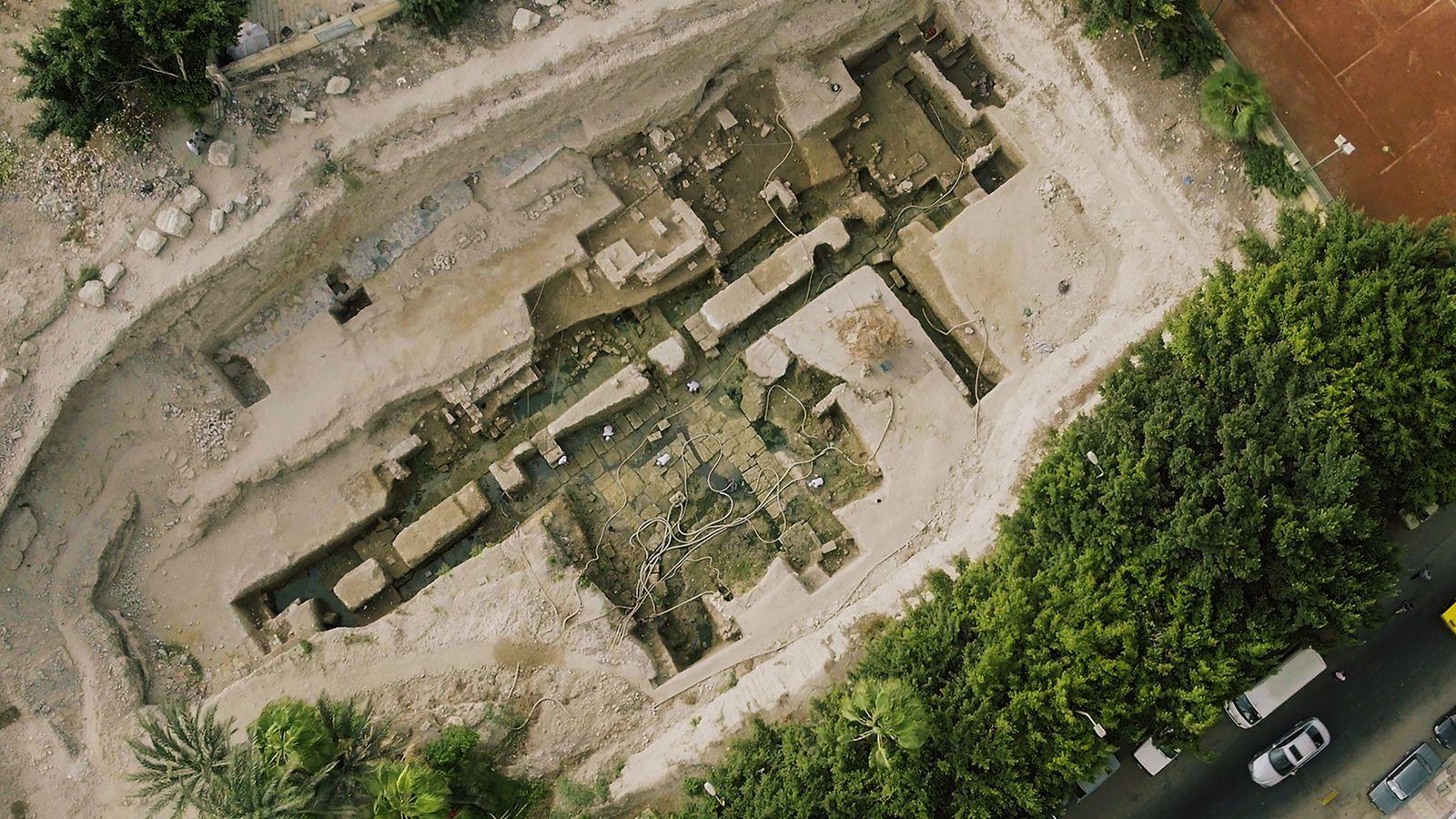 Enterrés et oubliés pendant des siècles, les murs de fondation d'un édifice monumental datant de l'époque ...