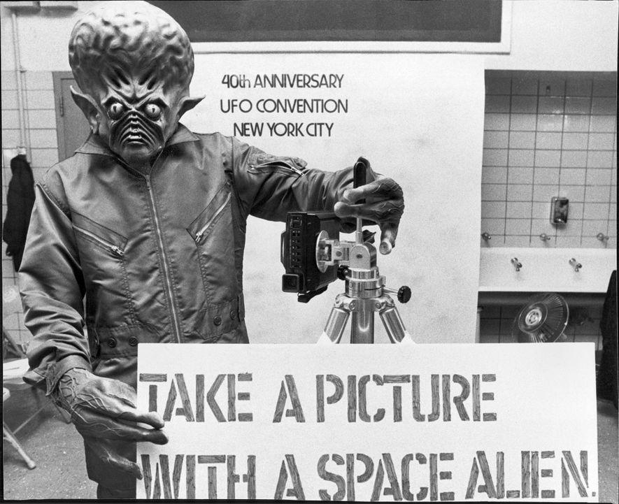 Un « extraterrestre » prend la pose lors d'une convention sur les ovnis tenue en 1987 ...