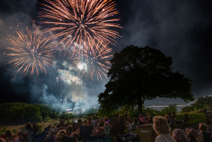 Assis devant la maison d'enfance d'Amelia Earhart, le public assiste à un feu d'artifice pendant le ...