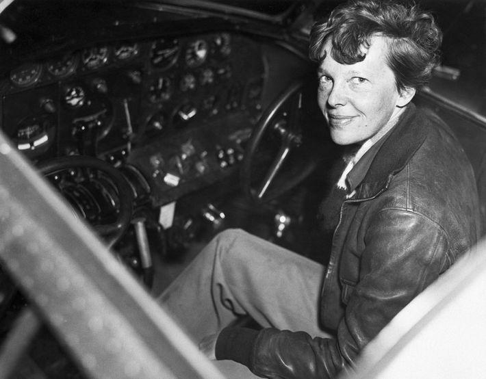 Earhart espérait terminer sa carrière en 1937 en devenant la première femme à faire le tour ...