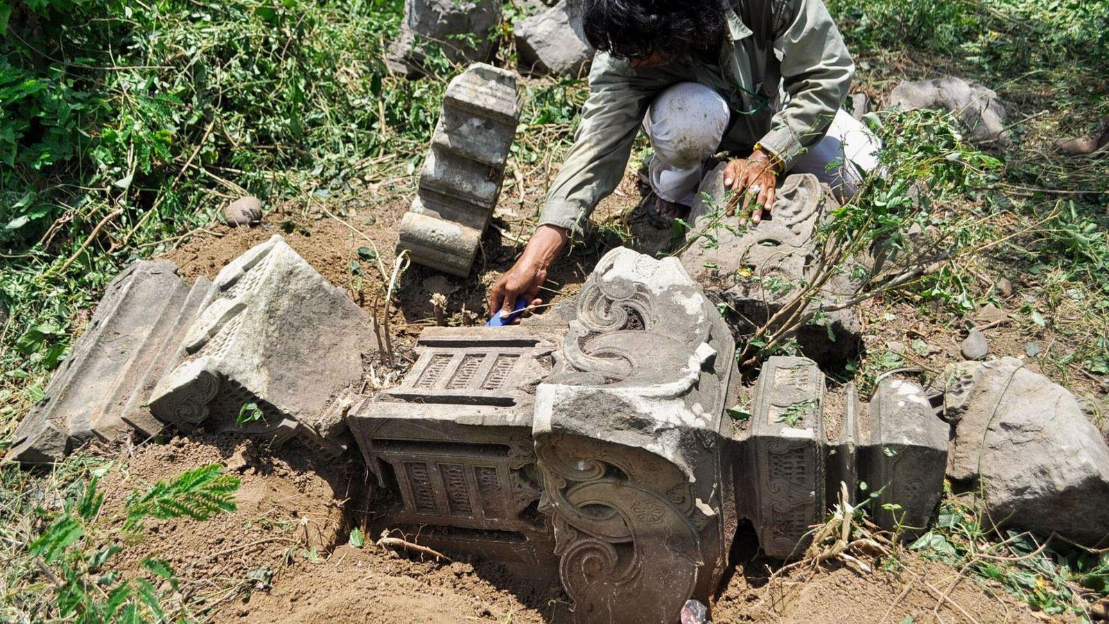 Des pierres tombales historiques mises en évidence par le tsunami survenu en 2004 dans l'océan Indien ...