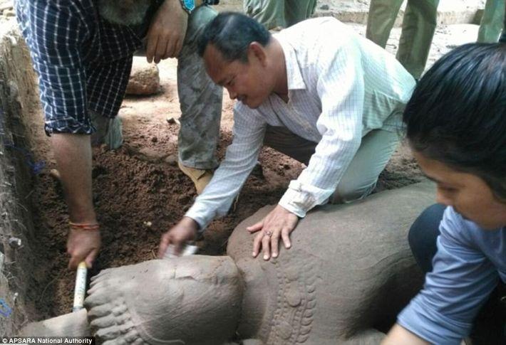 01-angkor-wat-statue