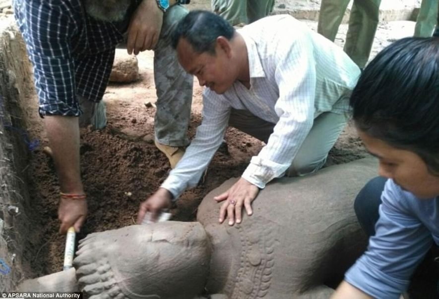 Une statue, qui selon les estimations daterait de la fin du 12e siècle au début du 13e siècle, a été découverte sur le célèbre site d'Angkor, au Cambodge.