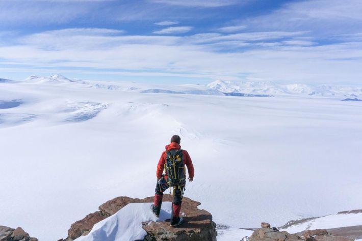 Perché à mi-chemin du Promontoire McIntyre, le scientifique Erik Gulbranson admire l'étendue glacée de l'Antarctique. Ici, ...