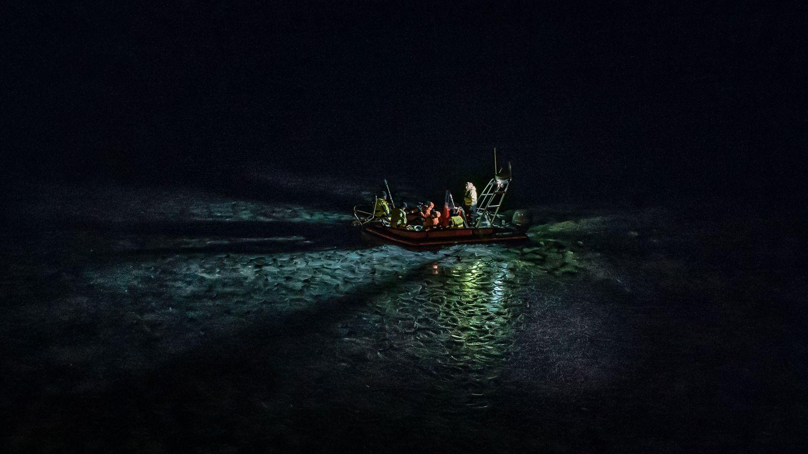 Un navire de recherche guide une équipe de scientifiques au nord de l'archipel norvégien du Svalbard ...