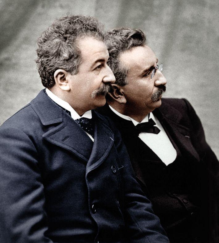 Ce cliché d'Auguste (à gauche) et de Louis Lumière aurait été pris à la fin des ...