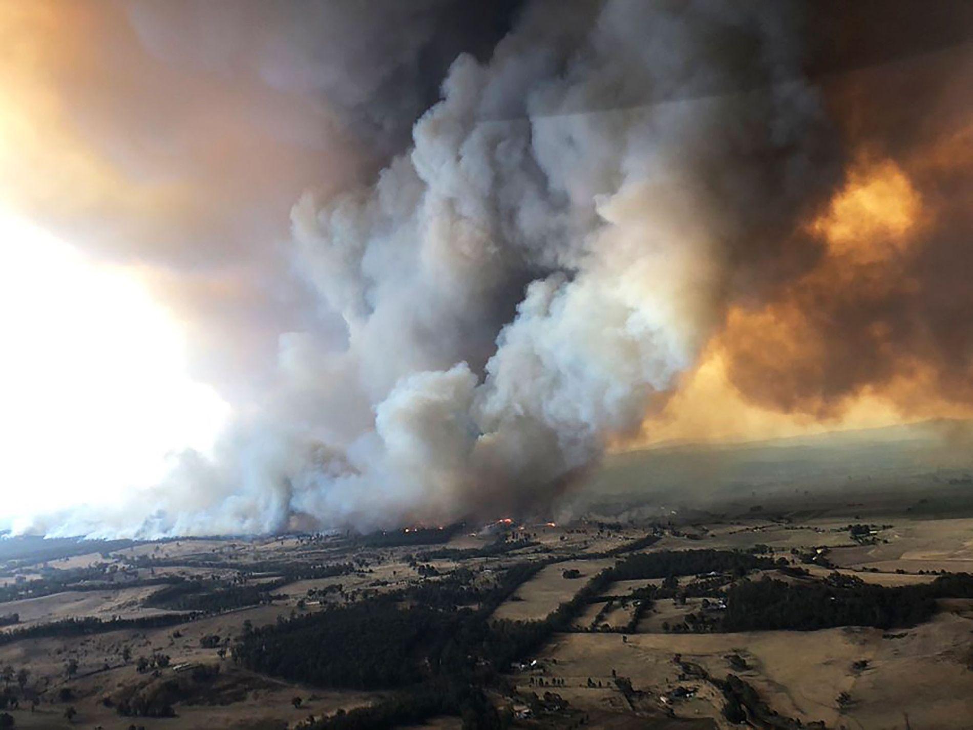 Le 30 décembre 2019, les incendies faisaient rage à Bairnsdale en Australie sous ces immenses panaches ...