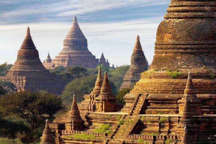 Jadis capitale du royaume de Pagan, Bagan comptait à l'origine 10 000 structures bouddhistes. Aujourd'hui, des sentiers en ...