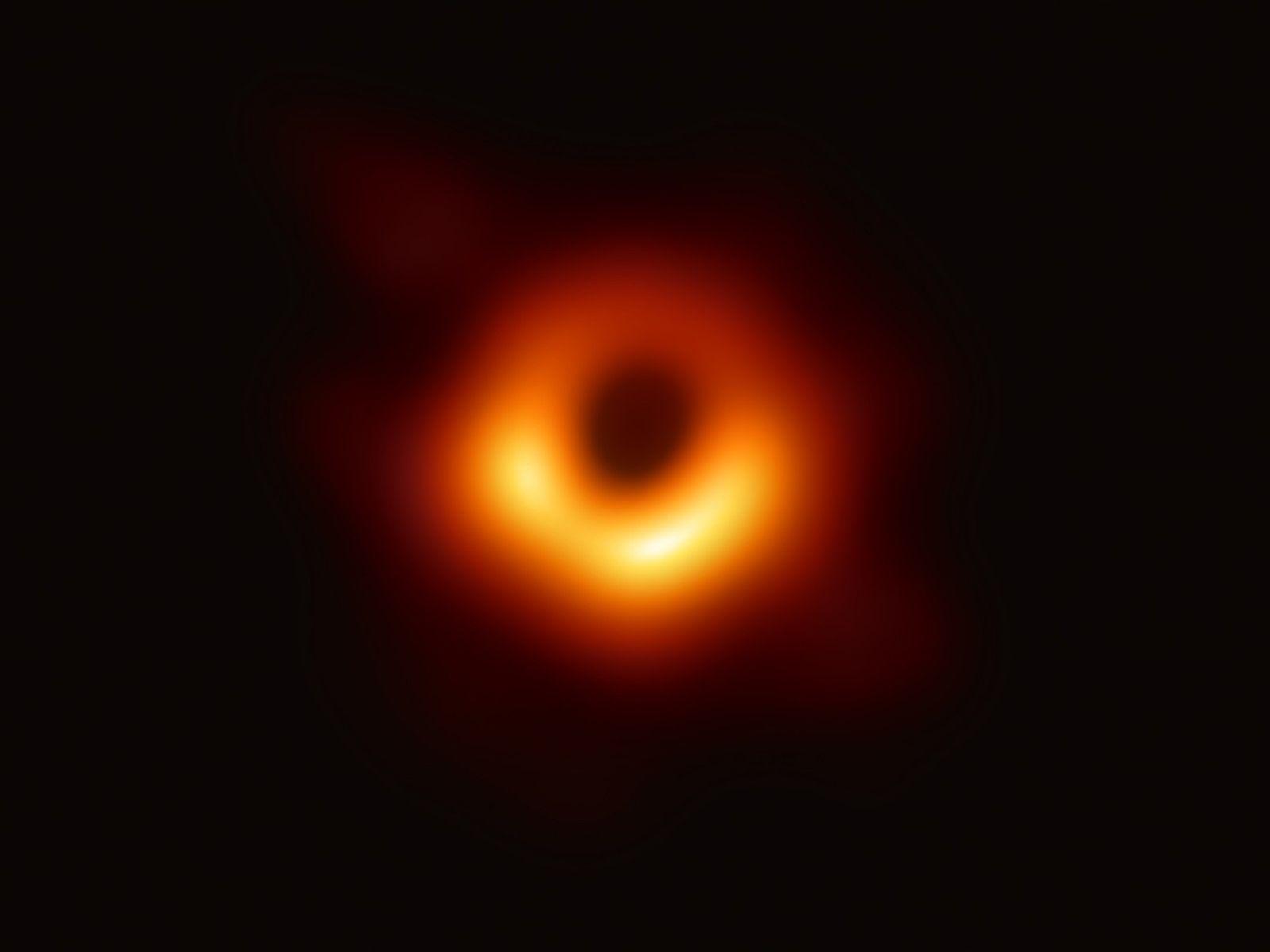 Le télescope Event Horizon - un ensemble de radiotélescopes fixés au sol un peu partout dans ...