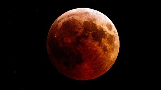 Une lune rousse plane sur la ville de Kazanlak, en Bulgarie, lors de l'éclipse totale de ...