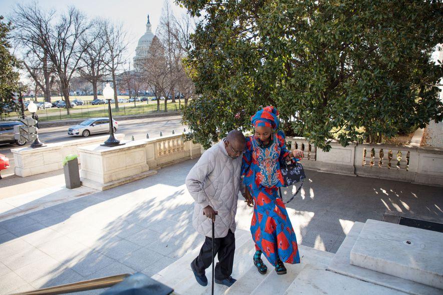 Hauwa, identifiée uniquement par son prénom pour assurer sa sécurité, monte les marches du Russell Senate Office Building avec Shehu Abubakar, directeur du programme Too Young to Wed au Nigéria. Les insurgés de Boko Haram ont kidnappé Hauwa alors qu'elle n'avait que 14 ans. Elle travaille maintenant avec l'association en faveur des autres survivantes et des femmes toujours retenues par le groupe terroriste.