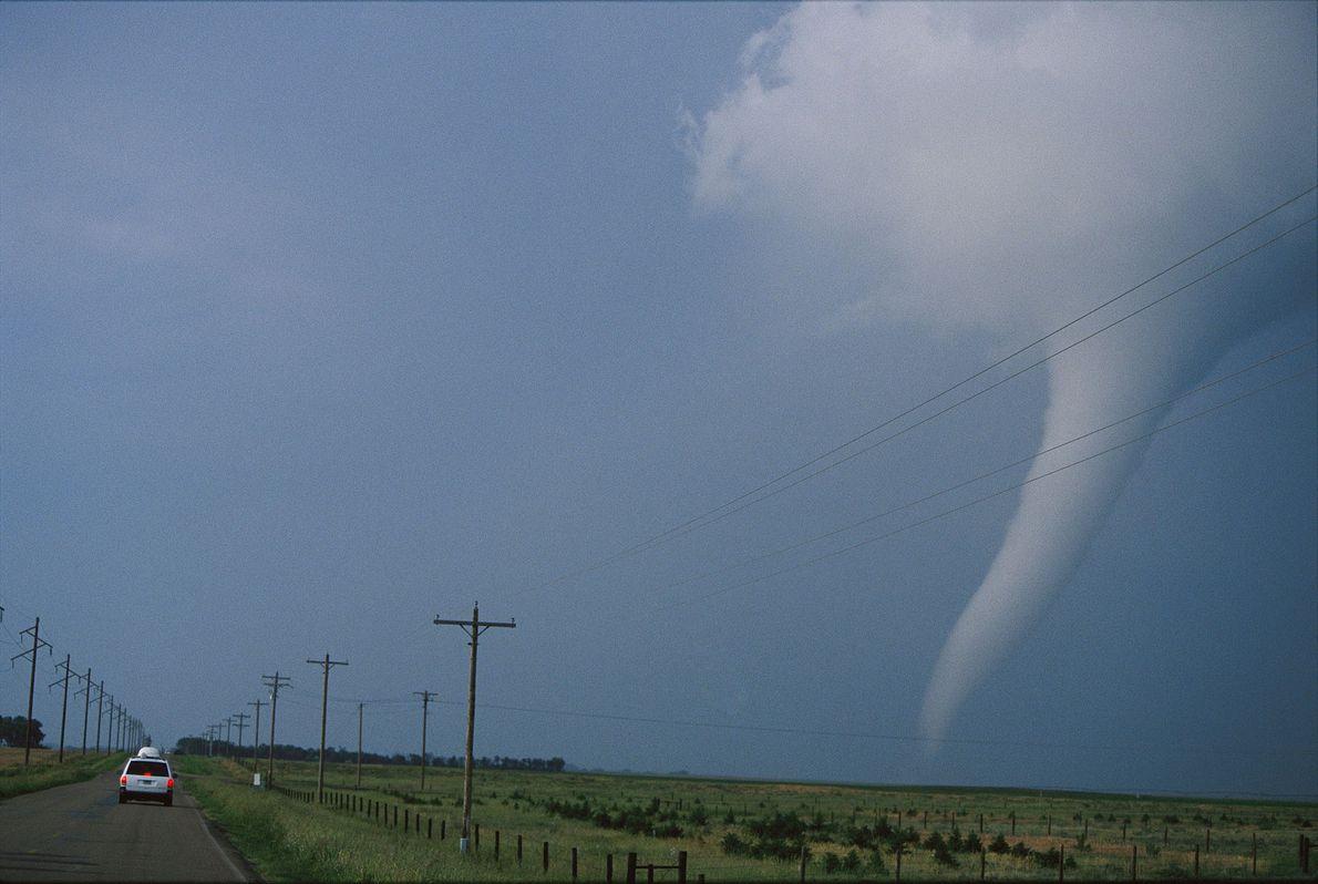 Dans le Dakota du Sud, des chasseurs de tornade suivent un phénomène en forme de trompe ...