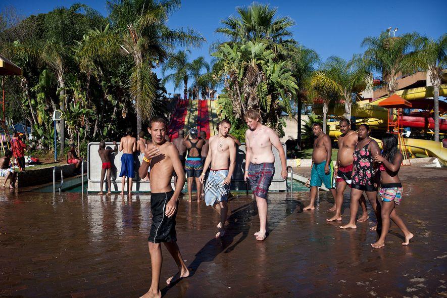 Un groupe de jeunes se retrouve à la piscine du Bela Bela Resort. Bela Bela, auparavant ...