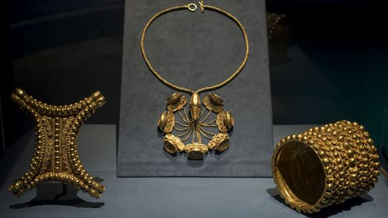 Le trésor d'El Carambolo se compose de 21 pièces en or mis au jour par des ...