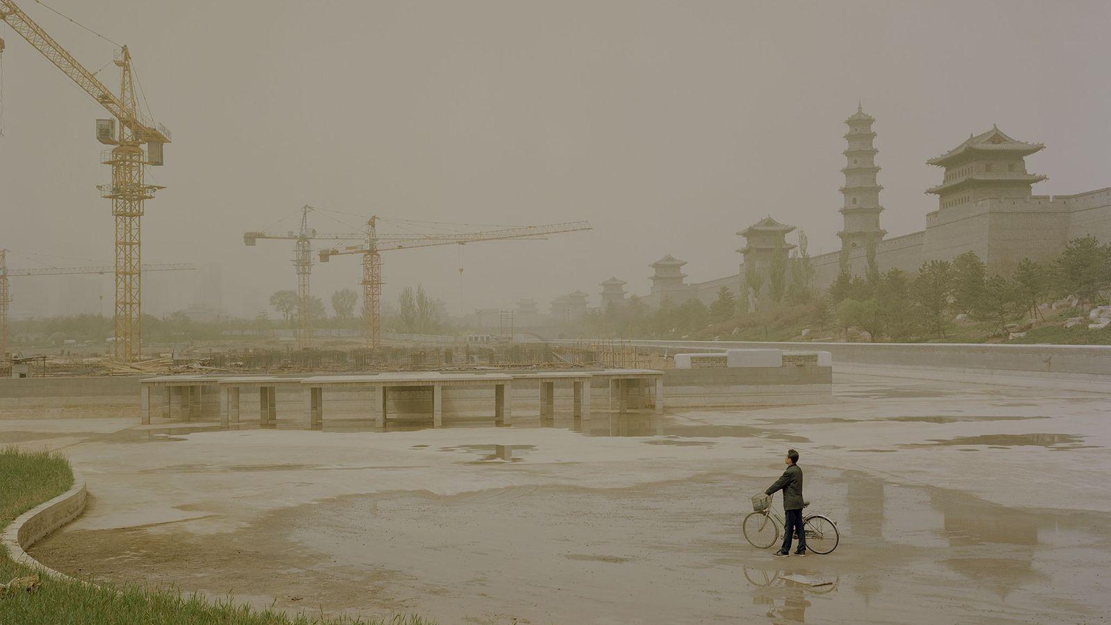 Sur cette photo on distingue dans la brume les grues qui dominent les chantiers à proximité ...